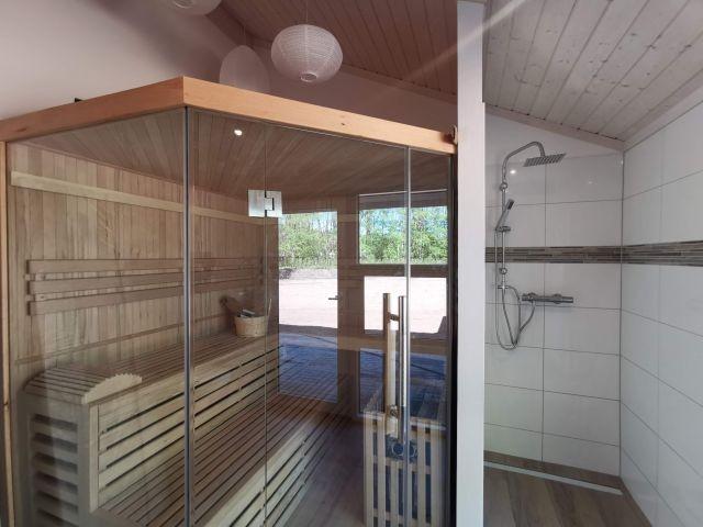 die Sauna mit Dusche im Bad