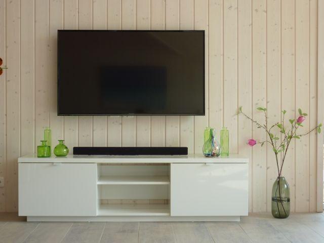 der große TV im Wohnraum