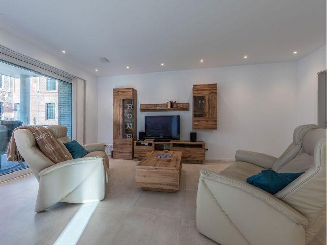 großes Wohnzimmer mit TV