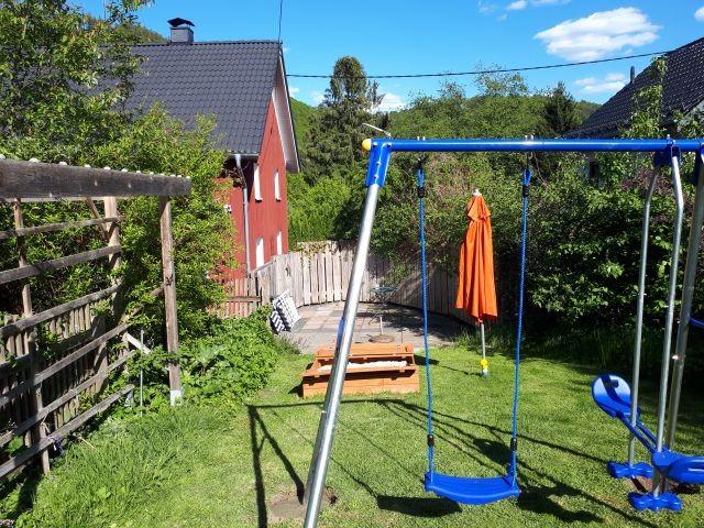 kleine Terrasse mit Kinderspielplatz davor