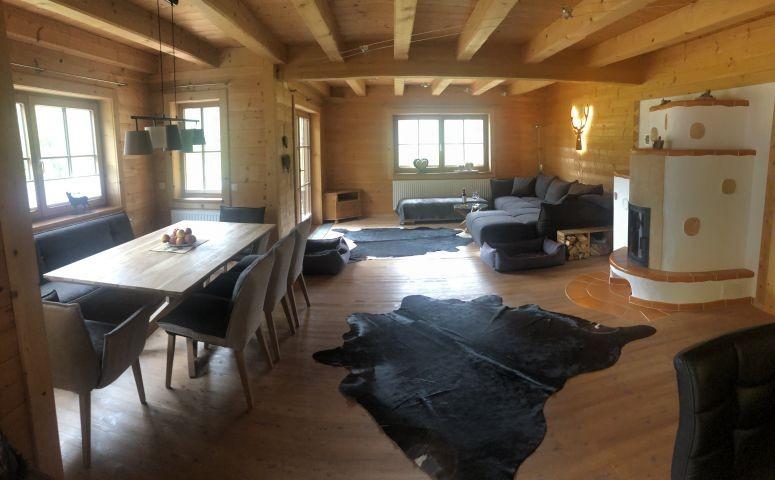 Wohnzimmer, Essecke und Kachelofen