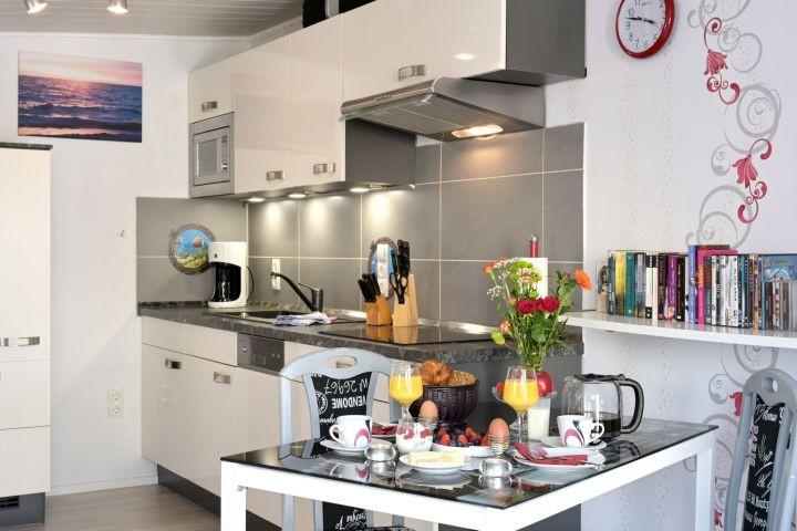 Moderne und gut ausgeleuchtete Küchenzeile