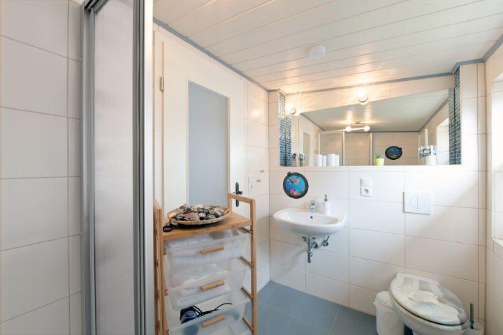 WC, Waschtisch und viel Platz für Ihre Hygieneartikel