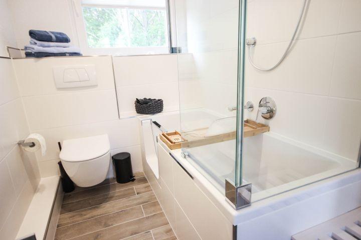 Bad; Duschbadewanne  mit Tür