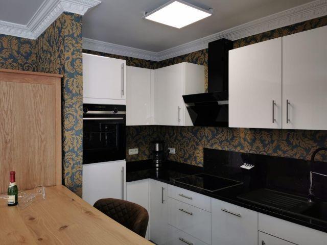 Küchenzeile mit Spülmaschine und Backofen