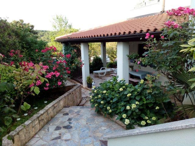 Überdachte Terrasse zu grillen und ausruhen