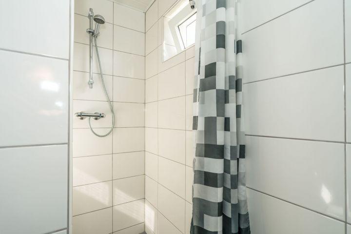 Das moderne Badezimmer mit Dusche und Waschbeck
