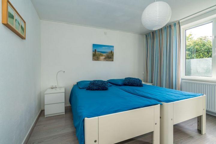 Schlafzimmer 2 mit 2 Einzelbetten und Kleiderschrank