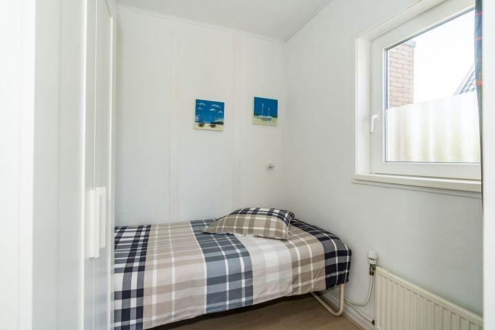 Schlafzimmer 3 mit Einzelbett und Kleiderschrank