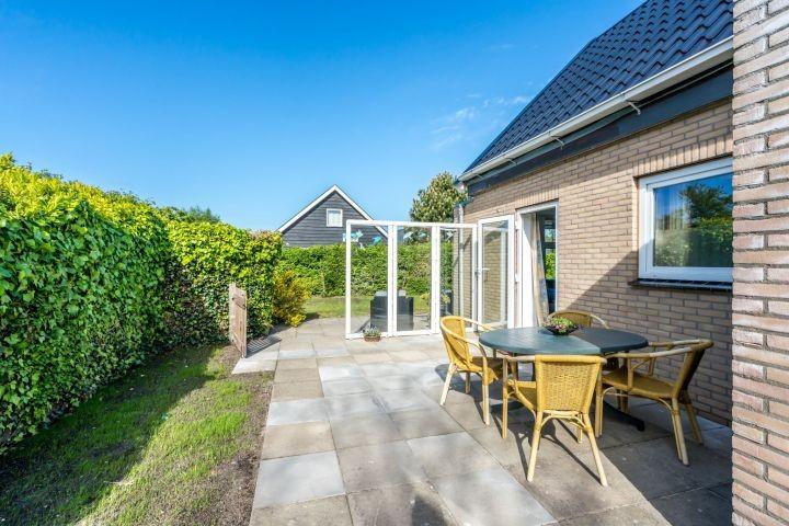 Die große, sonnige Terrasse mit Gartengruppe