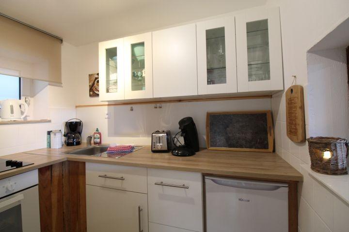 Kleine Küche mit Senso und normaler Kaffeemaschine