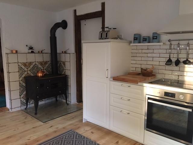 Wohnküche mit Retroofen für kuschelige Wärme.