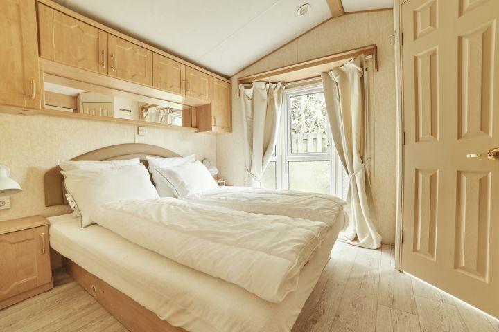 Schlafzimmer 1 mit 160x200 Bett und ensuite WC