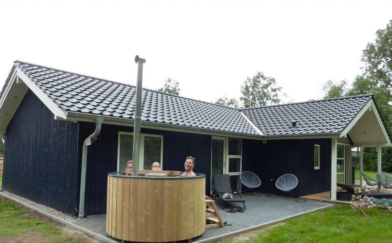 die Badetonne auf der Terrasse vor dem Bad mit Sauna