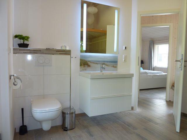 das Bad mit Dusche und Sauna