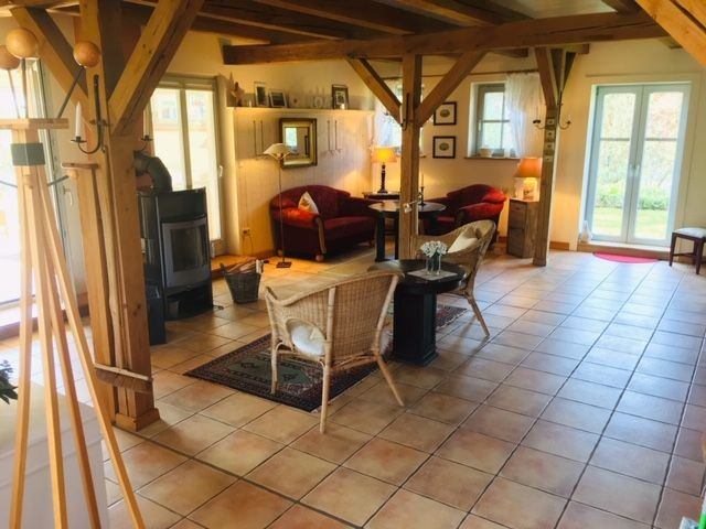 Die Ferienwohnung befindet sich im Parterre und ist im Landhausstil eingerichtet. Der offene und großzügige Schnitt läßt Raum zum Leben.