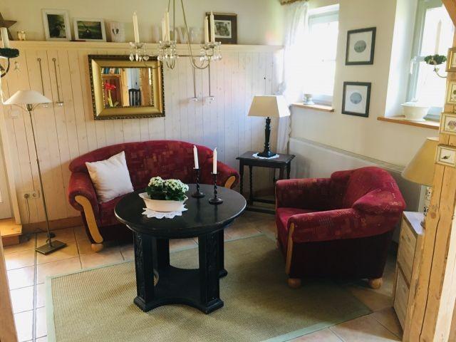 Die Sitzecke im Wohnzimmer ermöglicht einen Blick in die gesamte Wohnung