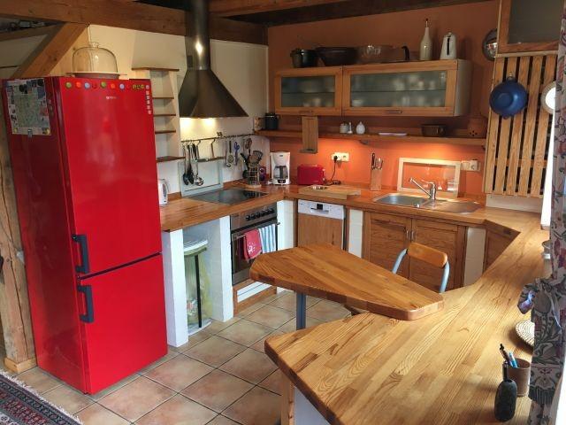 DIe Küche mit kleiner Frühstücksbank hat direkten Zugang zum Garten