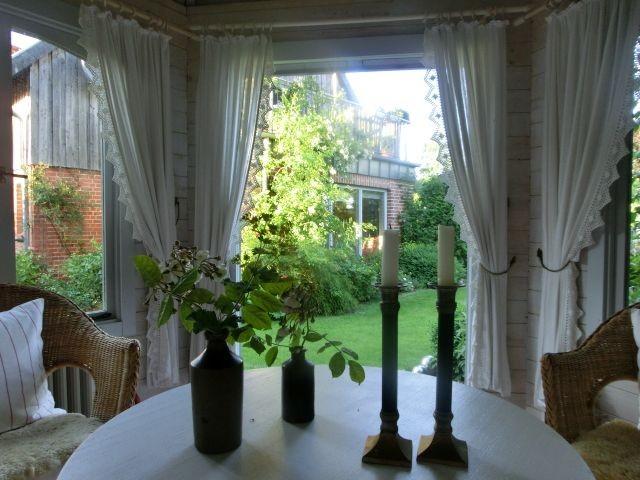 Blick aus dem Gartenpavillion
