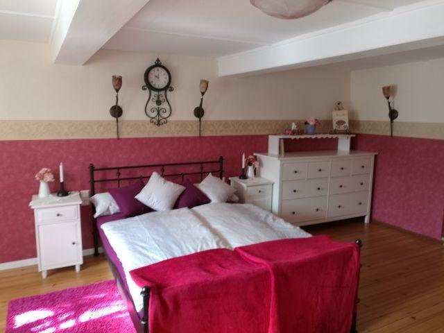 Schlafzimmer mit kuscheligem Doppelbett