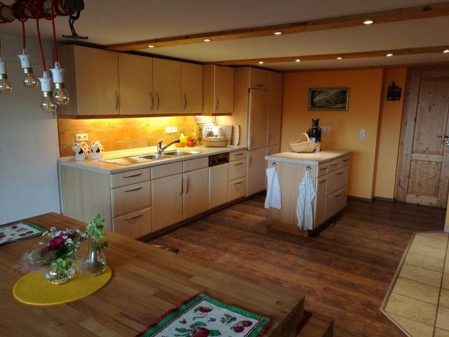 Die geräumige Küchenzeile mit freistehendem Arbeitsblock