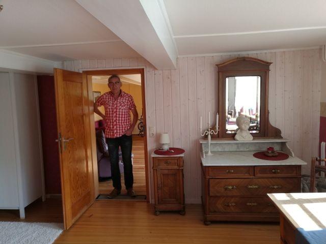 Die historische Spiegelkommode im gemütlichen Schlafzimmer