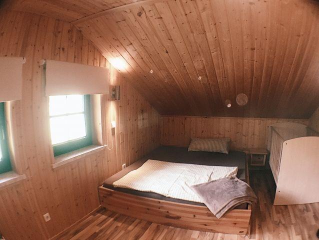 Dachkammer mit Gitterbettchen