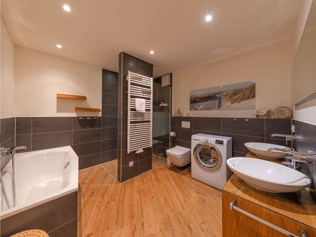 großes Bad mit Wanne, Dusche und Waschmaschine