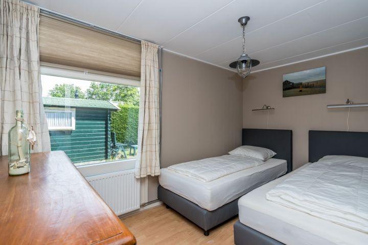 Schlafzimmer 1 mit 2 Einzel Boxsprings und Kommode