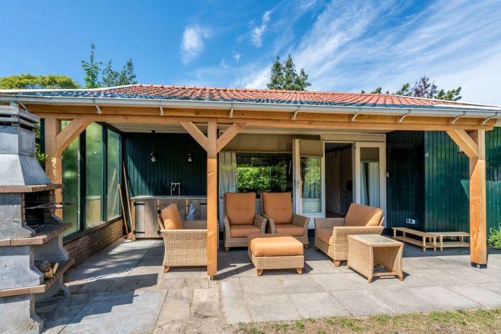 Die Veranda mit Grill/Terrassenkamin