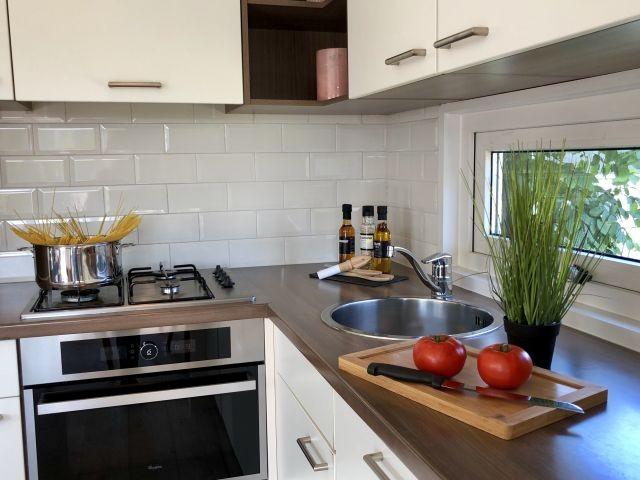 Kochbereich mit Gasherd und Spülmaschine
