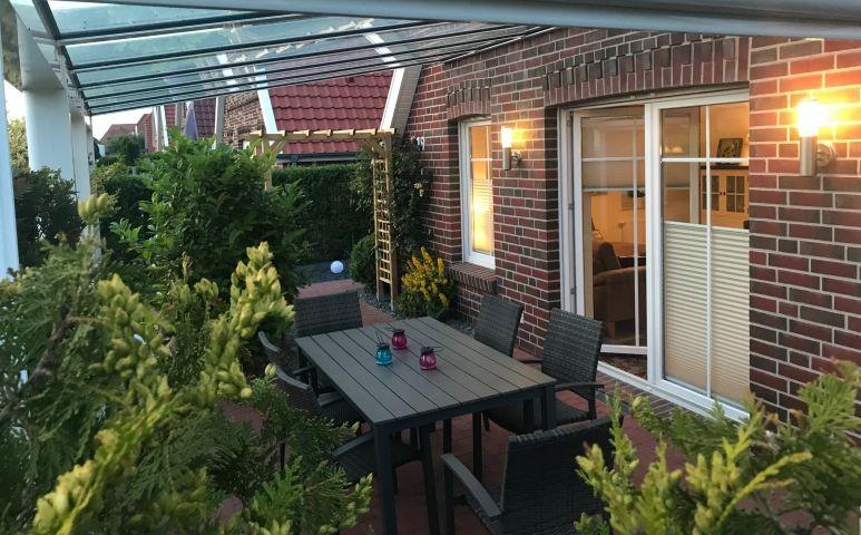 überdachte Terrasse am Abend