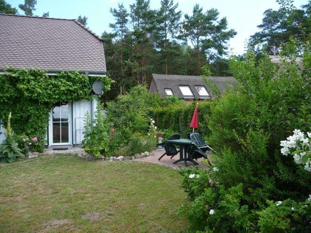 Terrasse mit Gartenmöbeln und Grill gleich neben der Eingangstür