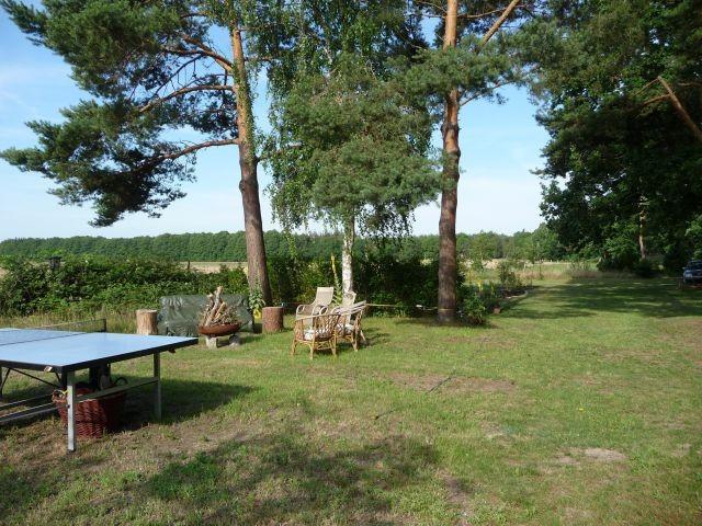 gr. Garten mit TT-Platte, gr. Feuerstelle und Trampolin, 3 gr. Schaukeln im Baum , Slakeline, wiese zum Zelten/ Carawan
