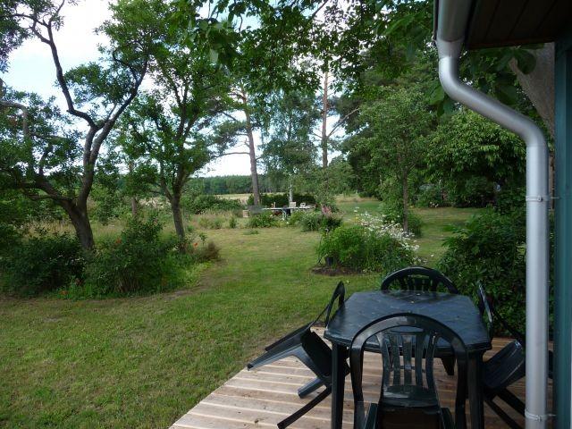 Blick von der Terasse durch den großen Garten