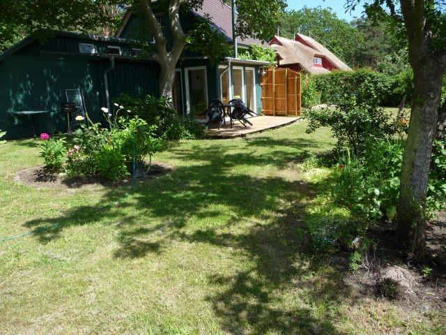 Blick vom Garten auf die Terasse