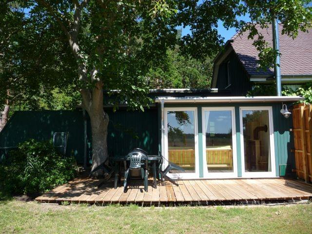 Die Gartenmöbel auf der Terasse sind frei im Garten stellbar
