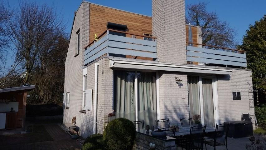 Renovierte Fassade (  neue Türen und Rollläden im OG)
