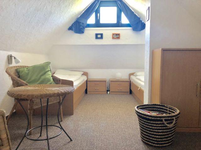 Kleines Schlafzimmer mit 2 Betten, ideal für Kids, mit Spielecke