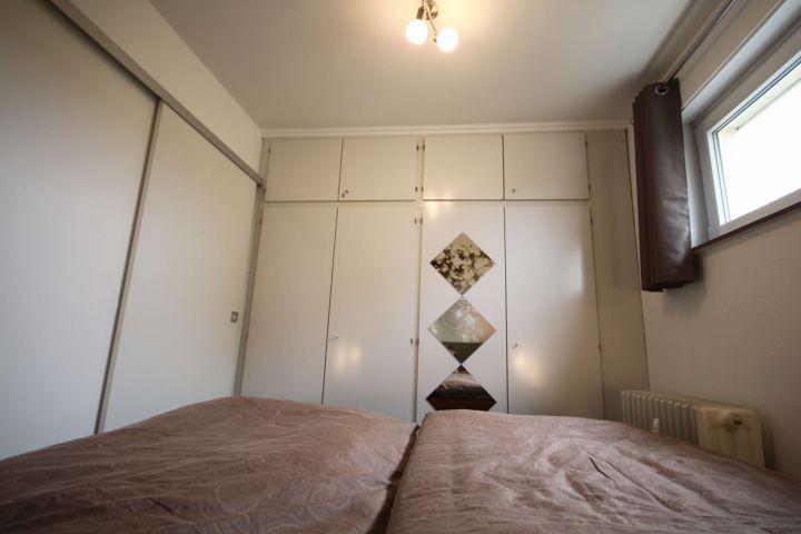 Helles Schlafzimmer mit Verdunklungsvorhang