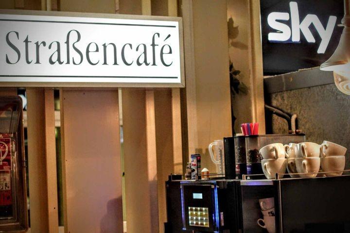 Straßencafé mit SKY-Bundesliga im Haus