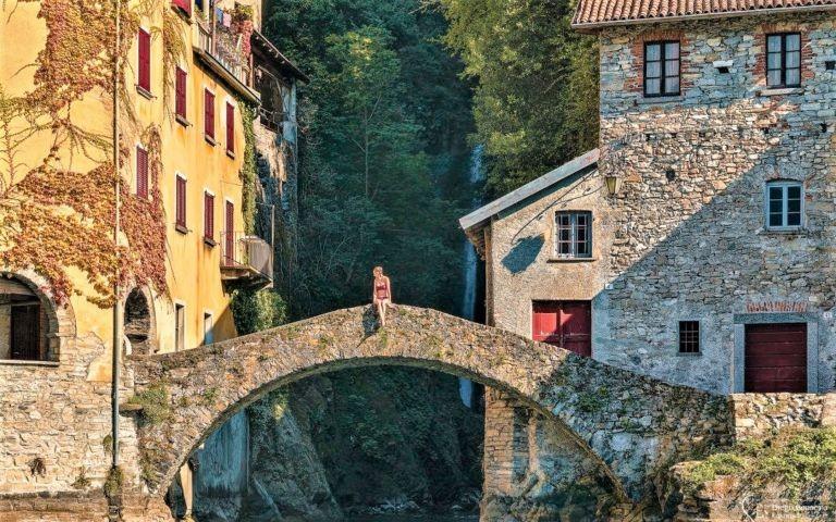 Nesso ist ein historisches Dorf mit beruehmte Bruecke beim Wasserfall (hier kann man schwimmen und tauchen)