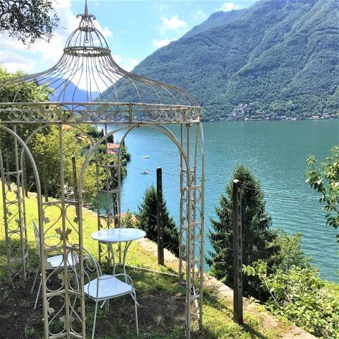 Das Teehaus im Garten von Breva mit weitem Seebick
