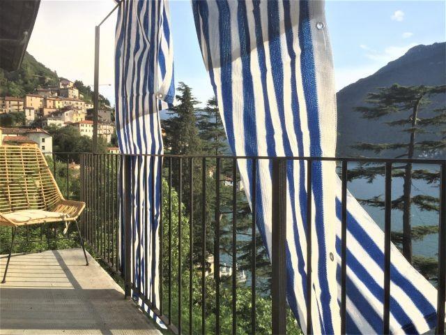 Beide Appartements haben ein grossartiges Balkon mit Blick auf den See und auf das Dorf Nesso