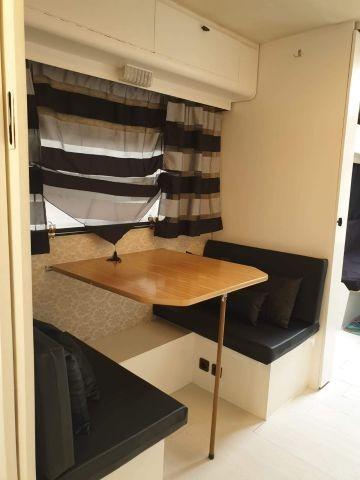 Kleines Einzelbett in der Küche