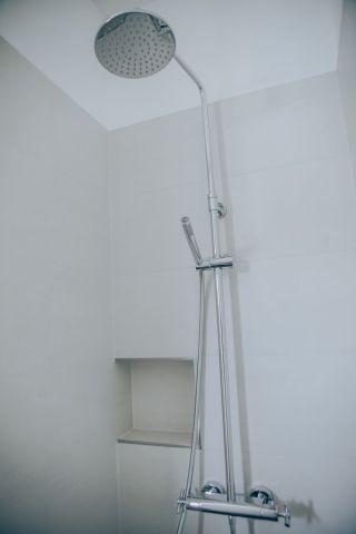 Dusche im Bad im Obergeschoss