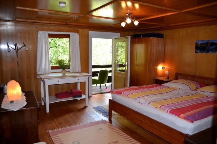 Schlafzimmer mit Doppelbett und Balkon, Obergeschoß