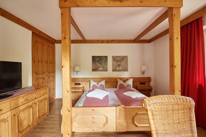 romantisches Himmelbett im Alpin-Stil