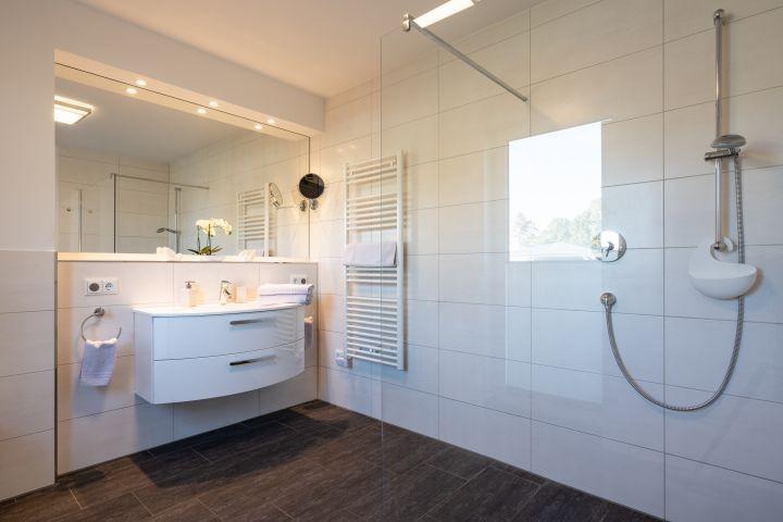 Badezimmer en Suite mit begehbarer Dusche