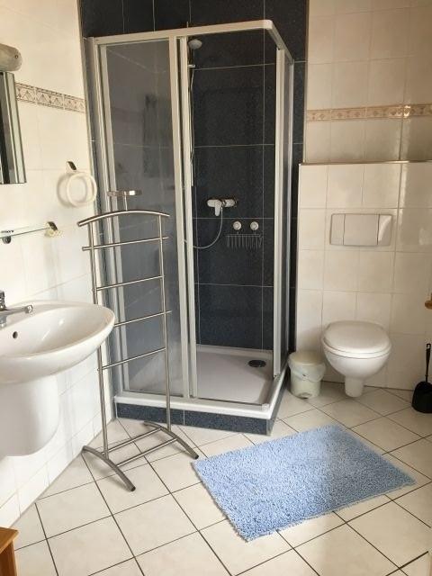 Bad mit Dusche, WC, Waschbecken, Fenster, Fön